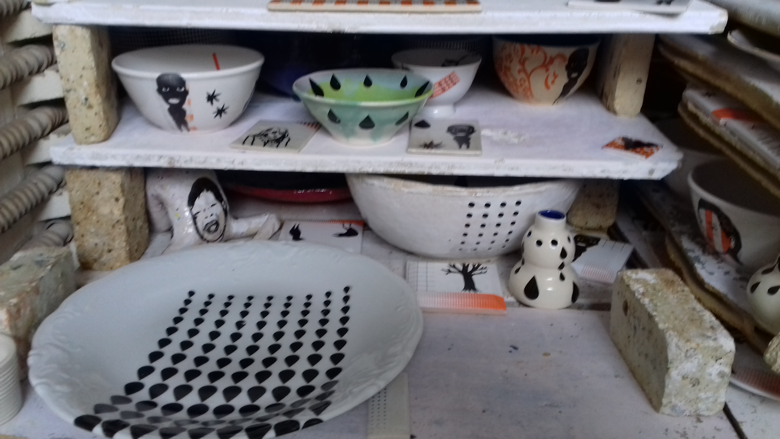 Naczynia z wzorami naniesionymi metodą kalkomanii w piecu ceramicznym